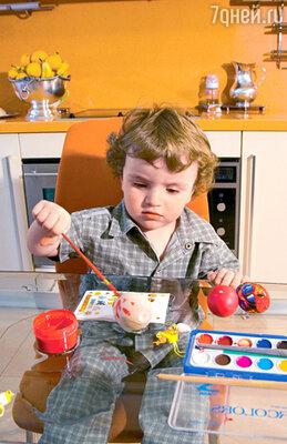 ...их сын Костя разрисовывал яйца