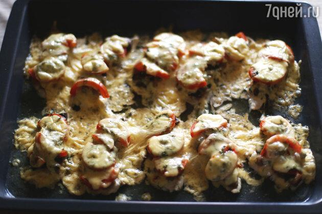 Через 20 минут достаем нашу курицу по-французски из духовки