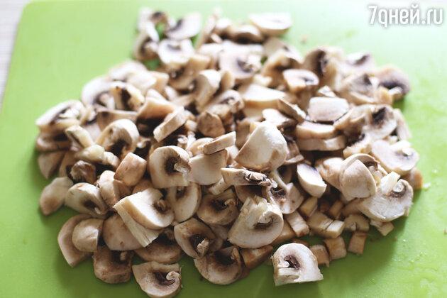Моем грибы и нарезаем небольшими ломтиками