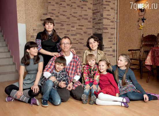 Иван Охлобыстин с женой Оксаной, дочерьми Анфисой, Евдокией, Варварой, Иоанной и сыновьями Василием и Саввой