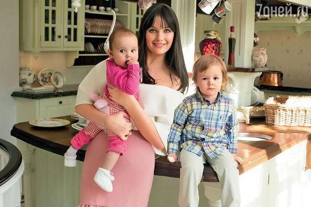 Оксана Федорова с дочкой Лизой и сыном Федей