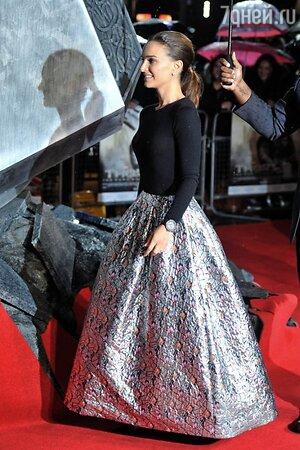 Натали Портман в наряде от Christian Dior и в туфлях от Charlotte Olympia на премьере картины «Тор 2: Царство тьмы»