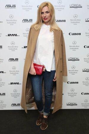 Александра Савельева в пальто от Pepen и рубашке от Cos на Mercedes-Benz Fashion Week