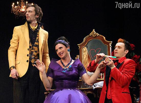 Сергей Лазарев (в центре) в спектакле «Таланты и покойники»