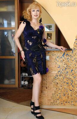 Артистка придумала необычный наряд в стиле того, что демонстрировал герой Андрея Миронова  из фильма «Бриллиантовая рука». Так, роскошное платье благодаря своему необычному дизайну прямо на сцене легким движением руки превращается в коктейльное.