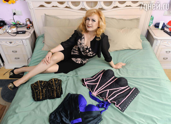 «У меня очень много корсетов. Сначала я их покупала, а потом начала шить сама. Я в них часто выступаю на сцене и считаю, что корсеты, как ни что другое, делают нашу фигуру женственной и красивой».