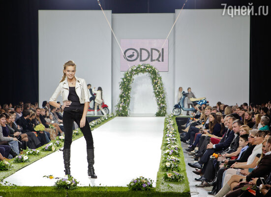 Модель коллекции сезона весна-лето 2013 марки «ODRI»