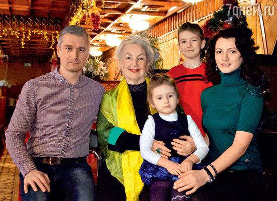 Лидия Чащина на праздновании своего дня рождения с сыном Денисом, внуками Алевтиной иТимофеем и невесткой Александрой. 13 января 2013 г.
