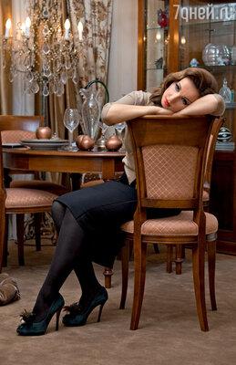 «Я знаю, есть приличные богатые мужчины. Но они, как правило, уже женаты состуденческих лет...» (Место съемки: ФЛЭТ - ИНТЕРЬЕРЫ. На Анфисе кардиган MAX MARA, юбка ANTONIO BERARDI)