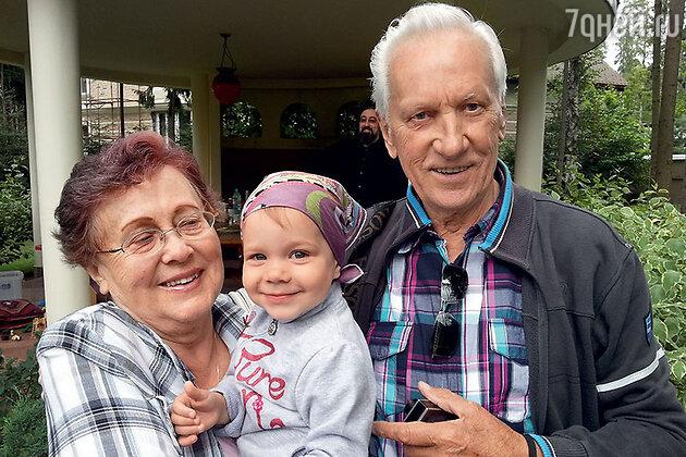 Родители  Владислава Паэлюса с внучкой Наденькой