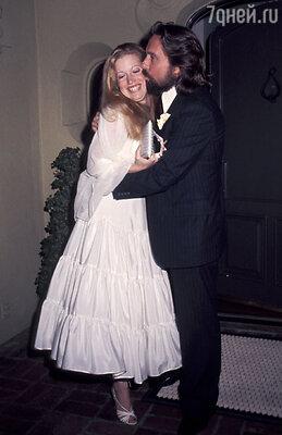 «Я по-прежнему хорошо отношусь к Диандре, нодля всех было бы лучше, разведись мы лет на десять раньше». (Свадьба Майкла Дугласа и Диандры Люкер. 1977 г.)