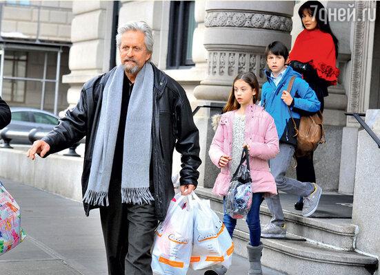 В феврале Дуглас уже начал общаться с Кэтрин и часто навещал ее с детьми в их нью-йоркской квартире