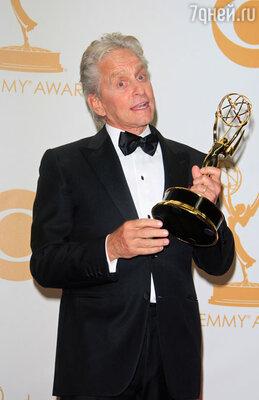 Престижную награду «Эмми» Дуглас получил за роль в фильме Стивена Содерберга «За канделябрами». Февраль 2014 г.