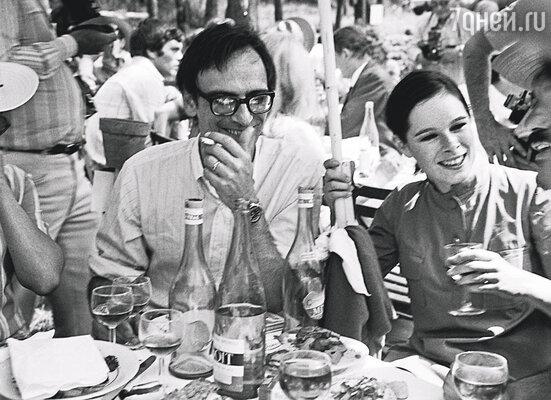 С Карлосом мы давно расстались, потому что двум творческим людям в одном пространстве тесно. Каждый из нас рвался вперед, никто не желал уступить, какой уж тут брак? Карлос Саура и Джеральдин на 21-м Канском фестивале, 1968 г.