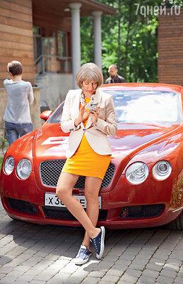 Алика Смехова сыграла состоятельную дамочку, которая молодится, наряжаясь в кеды и мини-юбки