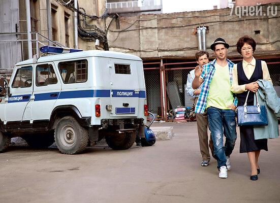 Завуч вытаскивает героя Марка Богатырева из полиции, куда он попал, защищая честь учительницы