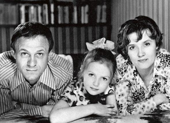 «Перед рождением Юли Вера меня буквально в шею погнала подрабатывать — мол, иначе с ребенком не прожить. Я устроился в булочную и три года по ночам разгружал хлеб». (Семейное фото. Конец 70-х)