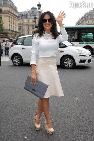 Сальма Хайек в наряде от Stella McCartney и босоножках от Bottega Veneta на показе Stella McCartney