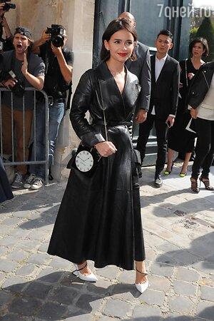 Мирослава Дума в плаще от Dior и туфлях от Charlotte Olympia на показе Dior