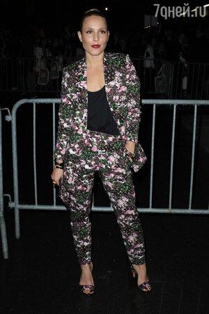 Нуми Рапас в цветочном костюме на показе Givenchy