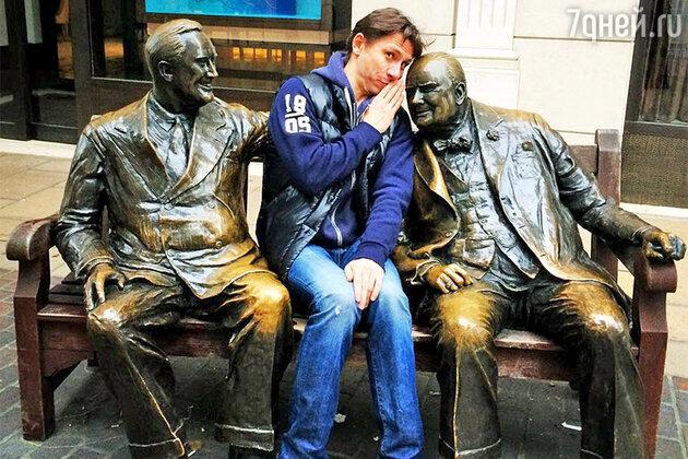 Тимур Батрутдинов у памятника Рузвельту и Черчиллю в Лондоне