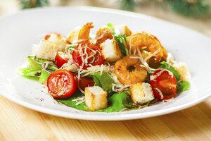 Салат «Цезарь» с жареными креветками: рецепт праздничного блюда к 8 Марта