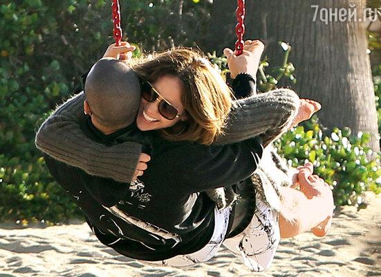 Дженнифер Лопес с новым возлюбленным Каспером Смартом на пляже в Санта-Барбаре. Февраль 2012 г.
