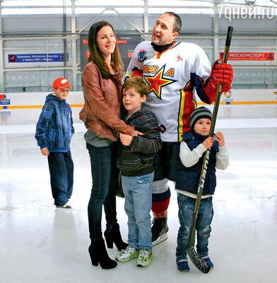 Оскар Кучера с женой Юлией, сыновьями Александром и Даниилом