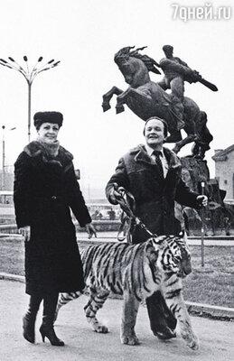 Когда мы со Славой шли по городу с тигром, движение на улицах замирало
