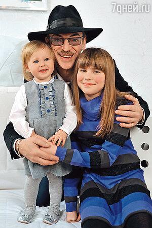 Михаил Боярский с внучками Сашей и Катей