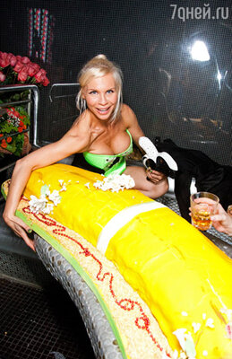 Огромный банановый торт