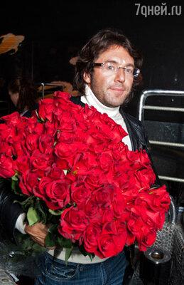 Андрей Малахов с огромным букетом алых роз
