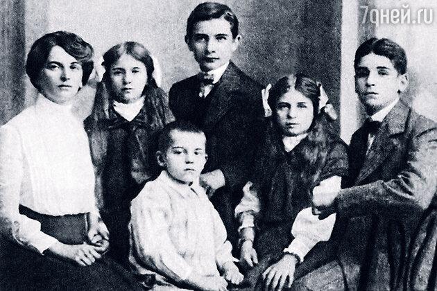 Инесса Федоровна Арманд с детьми
