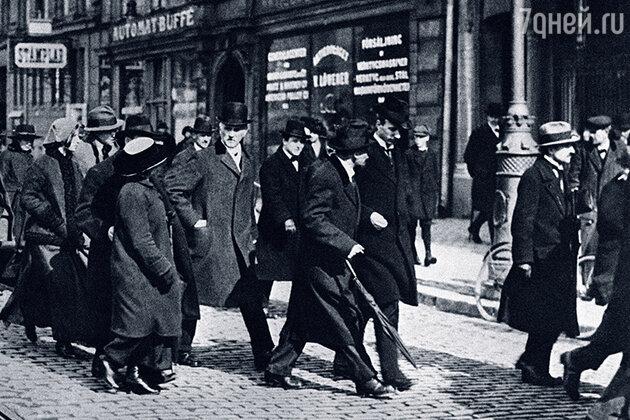 Владимир Ленин (на фото с зонтом)
