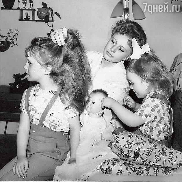Алла Ларионова сдочками Аленой иАриной. 1960-е гг.