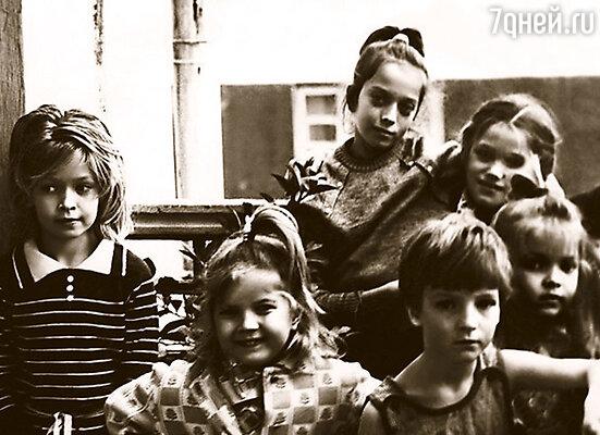 Я (слева), мои сестры — Вика (рядом со мной), Галя (в центре наверху), Настя (крайняя справа) и наши подружки