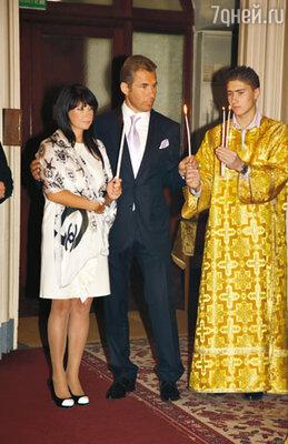 С недавнего времени средний сын Астаховых Артем прислуживает алтарником на воскресных службах