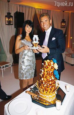 Такой формы торт из профитролей французские кулинары выпекают исключительно на крестины
