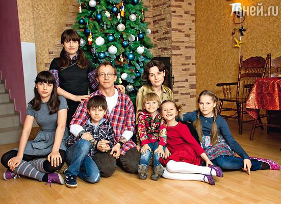 Иван с женой Оксаной и детьми (слева направо): Дусей, Анфисой, Васей, Саввой, Иоанной и Варей
