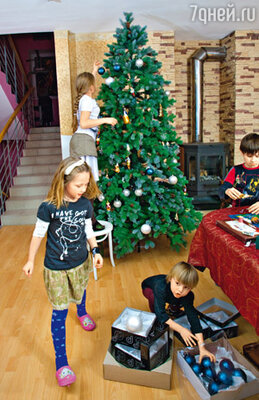 Елку семье отца Иоанна подарил «7Д». Обычно она появляется в их доме намного позже. Иван: «Мы люди церковные, поэтому в большей степени празднуем Рождество, а Новый год приходится на пост»