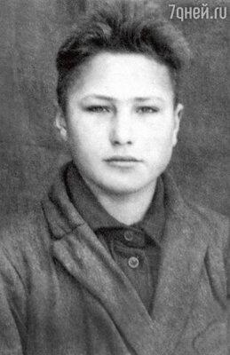 «Вася учился плохо, был троечником, зато на уроках литературы блистал. И в любой компании переключал внимание на себя, гениально пересказывая Чехова или Тургенева». 1945 г.