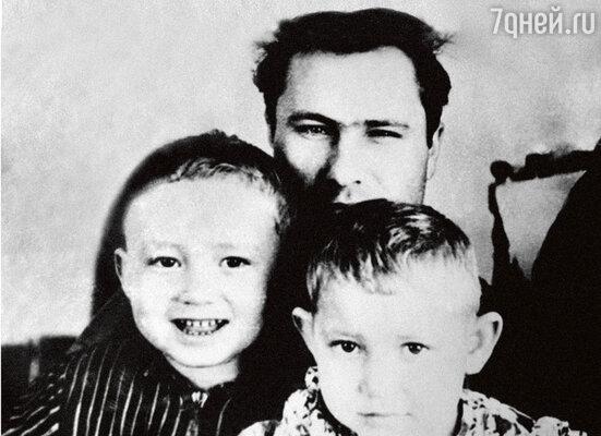 С любимыми племянниками Надей и Сережей, которым Шукшин заменил отца. 1961 г.