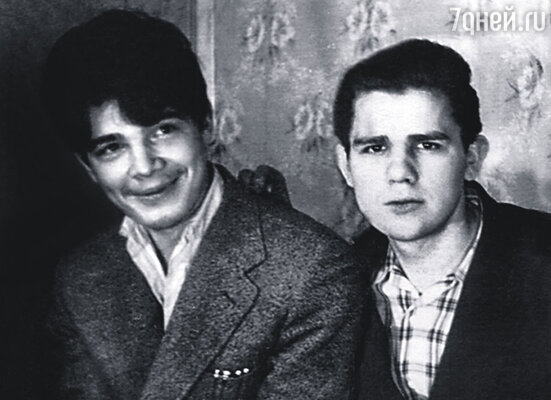 В стенах детдома отец стал вести дневник. Веничка (слева) с братом Борисом, 1954 г.