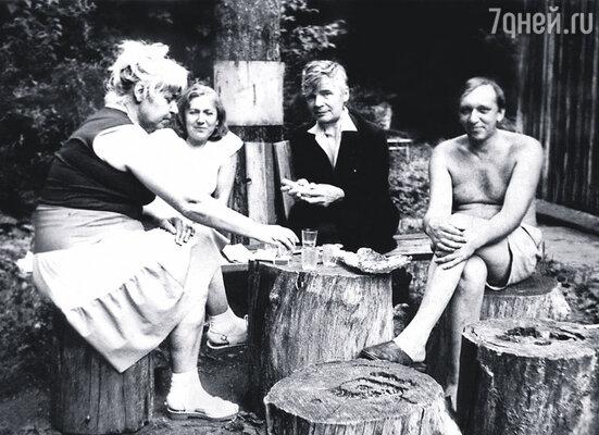 У Венедикта Василича был к выпиванию не меньший дар, чем к литературе: он не хмелел в самом дурном смысле, только с утра, бывало маялся. Веничка (в центре) с женой Галиной Носовой (слева) в гостях в Абрамцеве, 1986 г.