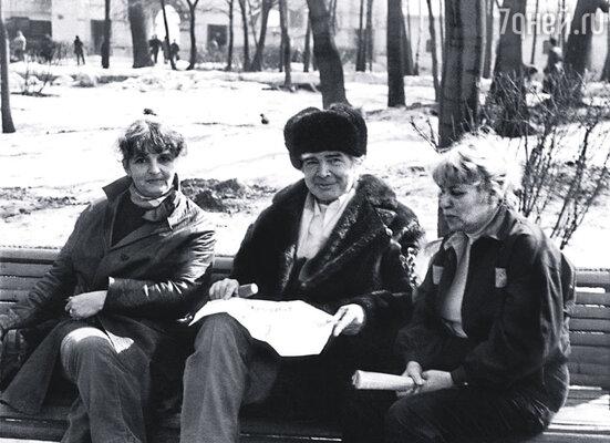У кровати больного Ерофеева все 5 лет кроме законной супруги Галины Носовой (справа) дежурила и его последняя любовь Наташа Шмелькова (слева). Коломенское, 1987 г.