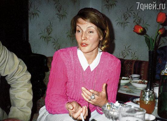 Однажды Веничка появился у нас с молодой любовницей, Яной Щедриной (на фото). Мама спросила спокойно:«Вам стелить вместе?», 1988 г.