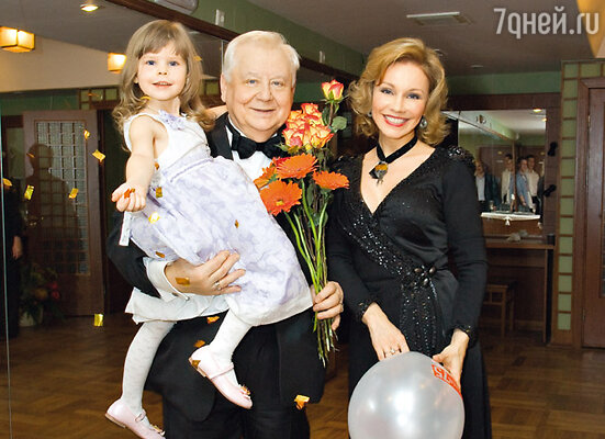 Олег Табаков с женой Мариной Зудиной и дочкой Машей