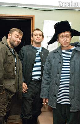 К выходу на сцену готовятся Михаил Пореченков, Константин Хабенский и Михаил Трухин