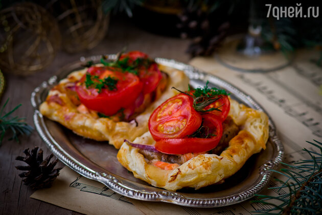Пирог с камбалой, муссом из базилика и томатами