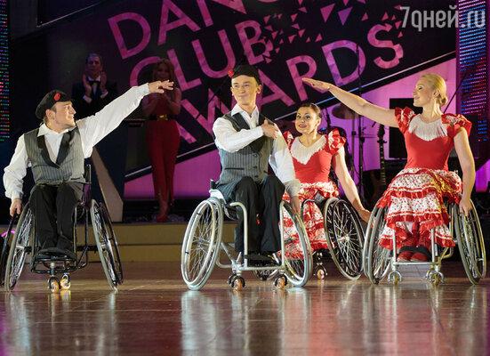 Представители Федерации танцоров на колясках показали, что истинные поклонники танца способны вдохновлять и радовать не только друг друга, но и всех вокруг, преодолевая любые преграды ради любви к этому виду искусства